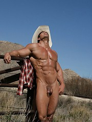 Muscle man outdoors - Gay porn pics at GayStick.com
