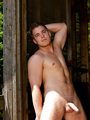 Muscled stud naked outdoors - Gay porn pics at GayStick.com