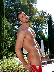 Hot hunk posing by the pool - Gay porn pics at GayStick.com