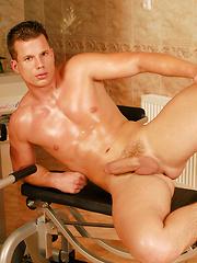 Guy posing in a gym - Gay porn pics at GayStick.com