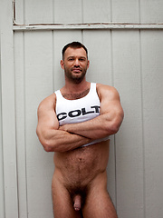 Hot muscled hunk shows cock - Gay porn pics at GayStick.com
