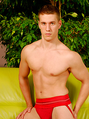 Nude jock shows his perfect body - Gay porn pics at GayStick.com