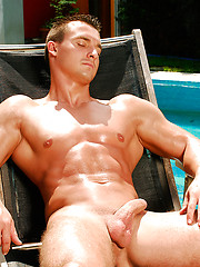 Cute hunk shows his ripped body - Gay porn pics at GayStick.com