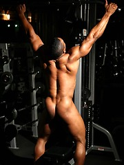 Muscular guy training in the gym - Gay porn pics at GayStick.com