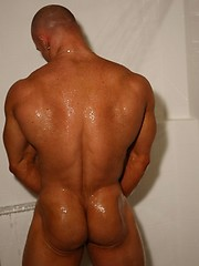 Naked baldhead guy Kyle shows his strong muscled body - Gay porn pics at GayStick.com
