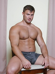 Bodybuilder Tomas Masek gets naked and shows all - Gay porn pics at GayStick.com