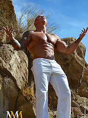 Bald bodybuilder showing his strong body - Gay porn pics at Gaystick
