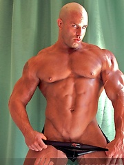 Bodybuilder Peter Latz flexes and poses - Gay porn pics at Gaystick