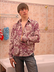 Smooth twink rubs his muscled ass in the shower - Gay porn pics at GayStick.com