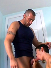 Muscled papa drills a skinny twink - Gay porn pics at GayStick.com