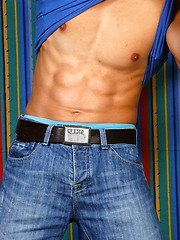 Muscled euro jock posing - Gay porn pics at GayStick.com