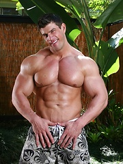 Nude bodybuilder jungle jacking session - Gay porn pics at GayStick.com