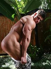 Nude bodybuilder jungle jacking session - Gay porn pics at GayStick.com