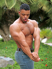 The nastiest black man on LiveMuscleShow - Gay porn pics at GayStick.com