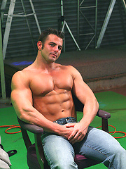 Superhung muscle dude love to show his naked body - Gay porn pics at GayStick.com