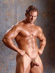 Muscled man posing naked - Gay porn pics at GayStick.com