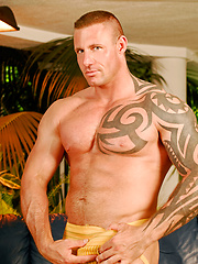 Tattooed muscle hunk naked - Gay porn pics at GayStick.com