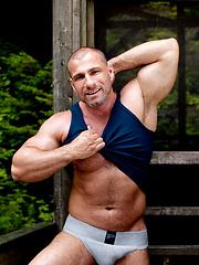 Bodybuilder naked - Gay porn pics at GayStick.com