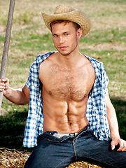 Cute stud posing naked outdoors - Gay porn pics at GayStick.com