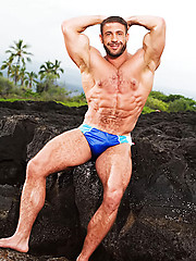 Big muscle man shows his hairy body outdoors - Gay porn pics at Gaystick