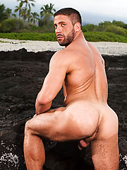 Big muscle man shows his hairy body outdoors - Gay porn pics at GayStick.com