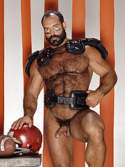 Strong-muscled bear in vintage style photo session - Gay porn pics at Gaystick
