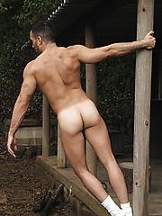 Sexy naked daddy posing - Gay porn pics at GayStick.com