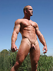 Muscle man shows what he got - Gay porn pics at Gaystick