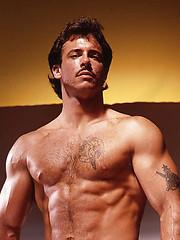 Muscle man posing naked - Gay porn pics at GayStick.com