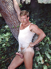Muscled hunk shows his body and cock - Gay porn pics at GayStick.com