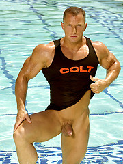 Muscle man posing by the pool - Gay porn pics at GayStick.com