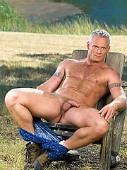 Well gung daddy posing outdoor - Gay porn pics at GayStick.com