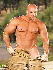 Naked bald dude with huge muscles - Gay porn pics at GayStick.com