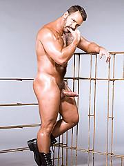 Hairy muscle man posing - Gay porn pics at GayStick.com