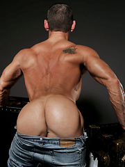 Solo session of muscled daddy - Gay porn pics at GayStick.com