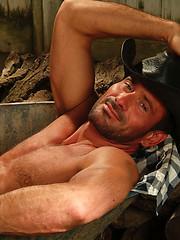 Mature muscle man shows his perfect body - Gay porn pics at GayStick.com
