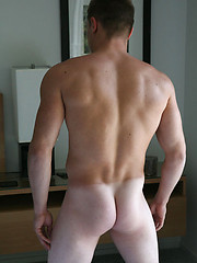 Pretty college stud ready to jackoff - Gay porn pics at Gaystick