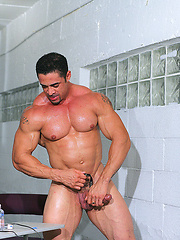 Muscled bodybulider Frank De Feo - Gay porn pics at GayStick.com