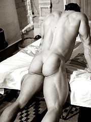 Argentinian bodybuilding champion photo session - Gay porn pics at GayStick.com