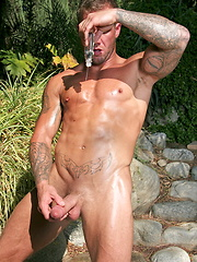 Bo showing his perfect oiled body and jacking off his nice dick - Gay porn pics at Gaystick