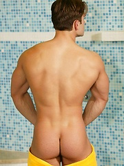 Strong euro jock in the shower - Gay porn pics at GayStick.com