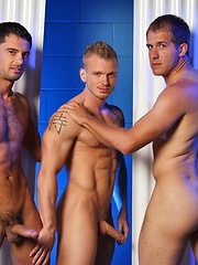 Beefy studs have nice threeway - Gay porn pics at GayStick.com