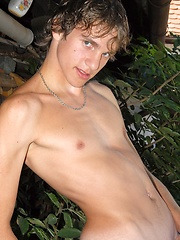 Straight euro boy posing on the backyard - Gay porn pics at GayStick.com
