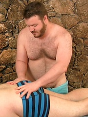 Michael McQuaig  manages to broker a massage from John Thomas - Gay porn pics at GayStick.com