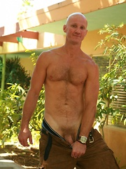 Sexy muscle bear Geoffery O Toole knows how to use his big bear meat - Gay porn pics at Gaystick