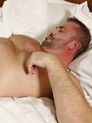 Sexy bear Allen Fulton knows how to make himself cum - Gay porn pics at GayStick.com