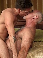 Bear sucking a cock - Gay porn pics at GayStick.com