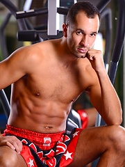 Hunk posing in a gym - Gay porn pics at GayStick.com