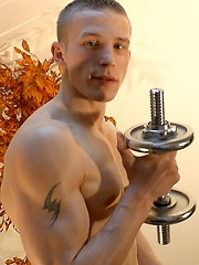 Oiled boy pumps up his biceps - Gay porn pics at GayStick.com