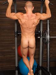 Beefy guy Chuck workout - Gay porn pics at GayStick.com